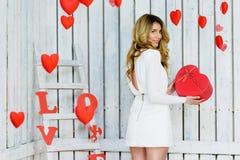 Όμορφο ευτυχές κορίτσι που κρατά μια καρδιά giftbox Στοκ εικόνα με δικαίωμα ελεύθερης χρήσης