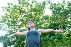 Όμορφο ευτυχές κορίτσι στο πάρκο camaldoli στοκ εικόνες