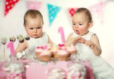 Όμορφο ευτυχές μωρό διδύμων στα πρώτα γενέθλια Στοκ Εικόνες