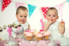 Όμορφο ευτυχές μωρό διδύμων στα πρώτα γενέθλια Στοκ φωτογραφία με δικαίωμα ελεύθερης χρήσης