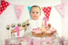 Όμορφο ευτυχές μωρό στα πρώτα γενέθλια Στοκ εικόνα με δικαίωμα ελεύθερης χρήσης