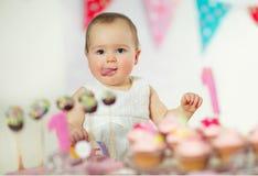 Όμορφο ευτυχές μωρό στα πρώτα γενέθλια Στοκ φωτογραφίες με δικαίωμα ελεύθερης χρήσης