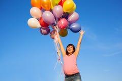 Όμορφο ευτυχές νέο κορίτσι εγκύων γυναικών υπαίθρια με τα μπαλόνια Στοκ Εικόνες