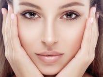 Όμορφο ευτυχές νέο πρόσωπο πορτρέτου γυναικών με τα προκλητικά χείλια στοκ φωτογραφίες