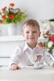 Όμορφο ευτυχές ξανθό αγόρι Στοκ Εικόνα