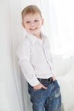 Όμορφο ευτυχές ξανθό αγόρι Στοκ φωτογραφία με δικαίωμα ελεύθερης χρήσης