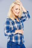 Όμορφο ευτυχές ξανθό κορίτσι στο τζιν παντελόνι Στοκ Εικόνες