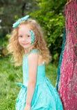 Όμορφο ευτυχές παιδί κοριτσιών με τη σύνθεση aqua στα γενέθλια στο πάρκο Έννοια εορτασμού και παιδική ηλικία, αγάπη Στοκ Φωτογραφία