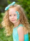 Όμορφο ευτυχές παιδί κοριτσιών με τη σύνθεση aqua στα γενέθλια στο πάρκο Έννοια εορτασμού και παιδική ηλικία, αγάπη Στοκ Εικόνες