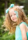 Όμορφο ευτυχές παιδί κοριτσιών με τη σύνθεση aqua στα γενέθλια στο πάρκο Έννοια εορτασμού και παιδική ηλικία, αγάπη Στοκ εικόνες με δικαίωμα ελεύθερης χρήσης