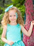 Όμορφο ευτυχές παιδί κοριτσιών με τη σύνθεση aqua στα γενέθλια στο πάρκο Έννοια εορτασμού και παιδική ηλικία, αγάπη Στοκ Εικόνα