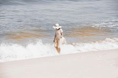 Όμορφο ευτυχές πολυφυλετικό ασιατικό κορίτσι στο εκλεκτής ποιότητας περπάτημα φορεμάτων Στοκ φωτογραφίες με δικαίωμα ελεύθερης χρήσης