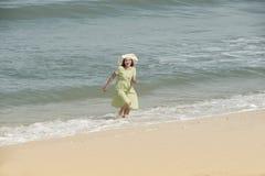 Όμορφο ευτυχές πολυφυλετικό ασιατικό κορίτσι στο εκλεκτής ποιότητας περπάτημα φορεμάτων Στοκ εικόνα με δικαίωμα ελεύθερης χρήσης