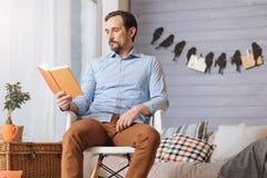Όμορφο ευχάριστο άτομο που διαβάζει ένα βιβλίο Στοκ φωτογραφίες με δικαίωμα ελεύθερης χρήσης