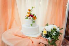 Όμορφο εύγευστο άσπρο γαμήλιο κέικ Στοκ φωτογραφία με δικαίωμα ελεύθερης χρήσης