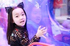 Όμορφο εύθυμο έδαφος ευχαρίστησης μικρών κοριτσιών παίζοντας στην παιδική χαρά Στοκ Φωτογραφίες