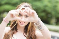 Όμορφο εύθυμο κορίτσι με το σημάδι, το συναίσθημα και τη συγκίνηση καρδιών con Στοκ Εικόνες