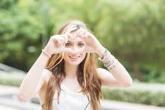 Όμορφο εύθυμο κορίτσι με το σημάδι, το συναίσθημα και τη συγκίνηση καρδιών con Στοκ Φωτογραφία