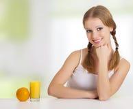 όμορφο εύθυμο πορτοκάλι χυμού κοριτσιών ευτυχές Στοκ εικόνα με δικαίωμα ελεύθερης χρήσης