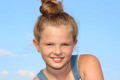 Όμορφο, εύθυμο χαμόγελο κοριτσιών Στοκ Φωτογραφίες