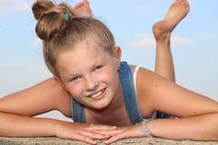 Όμορφο, εύθυμο χαμόγελο κοριτσιών Στοκ φωτογραφία με δικαίωμα ελεύθερης χρήσης