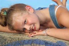 Όμορφο, εύθυμο χαμόγελο κοριτσιών Στοκ εικόνες με δικαίωμα ελεύθερης χρήσης