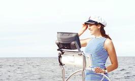 Όμορφο, ελκυστικό κορίτσι ναυτικών που οδηγεί μια βάρκα Θάλασσα, navigatio Στοκ Εικόνες