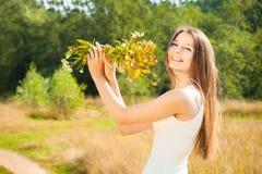 Όμορφο ελκυστικό ξένοιαστο κορίτσι brunette στον τομέα στοκ εικόνες
