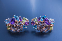 Όμορφο ζευγάρι κοσμήματος των σκουλαρικιών με τους πολύτιμους λίθους Στοκ Φωτογραφία