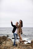 Όμορφο ζευγάρι το ομιχλώδες πρωί σε μια ακτή Στοκ Εικόνες