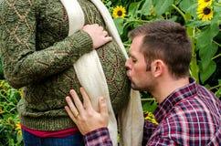 όμορφο ζεύγος έγκυο Στοκ Φωτογραφίες