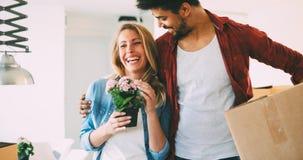 Όμορφο ζεύγος ευτυχές για το νέο σπίτι τους Στοκ Φωτογραφίες