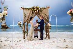 Όμορφο ζεύγος κοντά στον ωκεανό, ρομαντικό ζεύγος μήνα του μέλιτος στοκ φωτογραφία με δικαίωμα ελεύθερης χρήσης