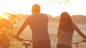 Όμορφο ζεύγος με τα ποδήλατα απόθεμα βίντεο