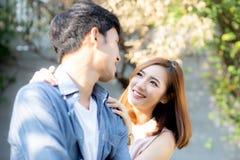 Όμορφο ζεύγος πορτρέτου που φαίνεται κάθε άλλοι μάτια και που χαμογελά με τον ευτυχή, νέο ασιατικό άνδρα και τη σχέση γυναικών με στοκ φωτογραφία
