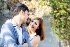 Όμορφο ζεύγος πορτρέτου που φαίνεται κάθε άλλοι μάτια και που χαμογελά με τον ευτυχή, νέο ασιατικό άνδρα και τη σχέση γυναικών με στοκ εικόνες