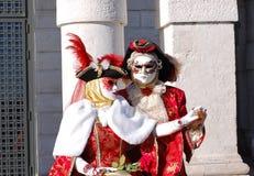 Όμορφο ζεύγος στα ζωηρόχρωμες κοστούμια και τις μάσκες, χαιρετισμός della της Σάντα Μαρία Στοκ Φωτογραφία