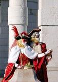Όμορφο ζεύγος στα ζωηρόχρωμες κοστούμια και τις μάσκες, χαιρετισμός della της Σάντα Μαρία Στοκ Εικόνες