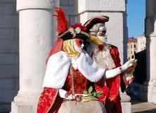 Όμορφο ζεύγος στα ζωηρόχρωμες κοστούμια και τις μάσκες, χαιρετισμός della της Σάντα Μαρία Στοκ Εικόνα