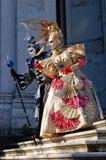 Όμορφο ζεύγος στα ζωηρόχρωμες κοστούμια και τις μάσκες, χαιρετισμός della της Σάντα Μαρία Στοκ Φωτογραφίες