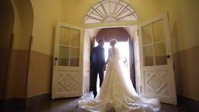 Όμορφο ζεύγος στην εκκλησία Το Newlyweds ορκίζεται ο ένας στον άλλο να αγαπήσει για πάντα νεόνυμφος νυφών ευτυχής απόθεμα βίντεο