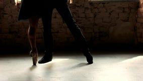 Όμορφο ζεύγος στον ενεργό χορό αιθουσών χορού φιλμ μικρού μήκους