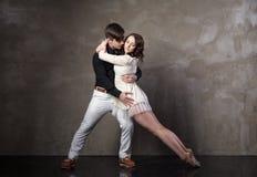 Όμορφο ζεύγος στον ενεργό χορό αιθουσών χορού Στοκ Φωτογραφίες