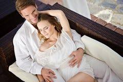 Όμορφο ζεύγος στο αγκάλιασμα που χαλαρώνει από κοινού Στοκ εικόνα με δικαίωμα ελεύθερης χρήσης