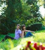 Όμορφο ζεύγος στο θερινό πάρκο Στοκ φωτογραφία με δικαίωμα ελεύθερης χρήσης