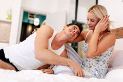 Όμορφο ζεύγος στο κρεβάτι που είναι αισθησιακό Στοκ Εικόνες