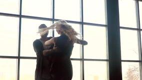 Όμορφο ζεύγος του εμπαθούς χορού χορού επαγγελματιών καλλιτεχνών απόθεμα βίντεο