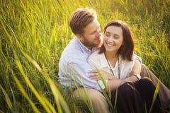 Όμορφο ζεύγος hipster ερωτευμένο κατά μια ημερομηνία υπαίθρια στο havi πάρκων Στοκ Εικόνα
