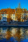 Όμορφο ζωηρόχρωμο ηλιοβασίλεμα στο φθινοπωρινό Στρασβούργο, εικονική παράσταση πόλης στοκ φωτογραφία