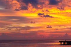 Όμορφο ζωηρόχρωμο ηλιοβασίλεμα στο τροπικό νησί επάνω Στοκ Εικόνα